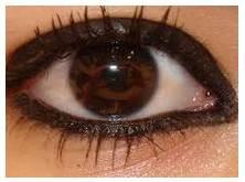 ojos delineados negros